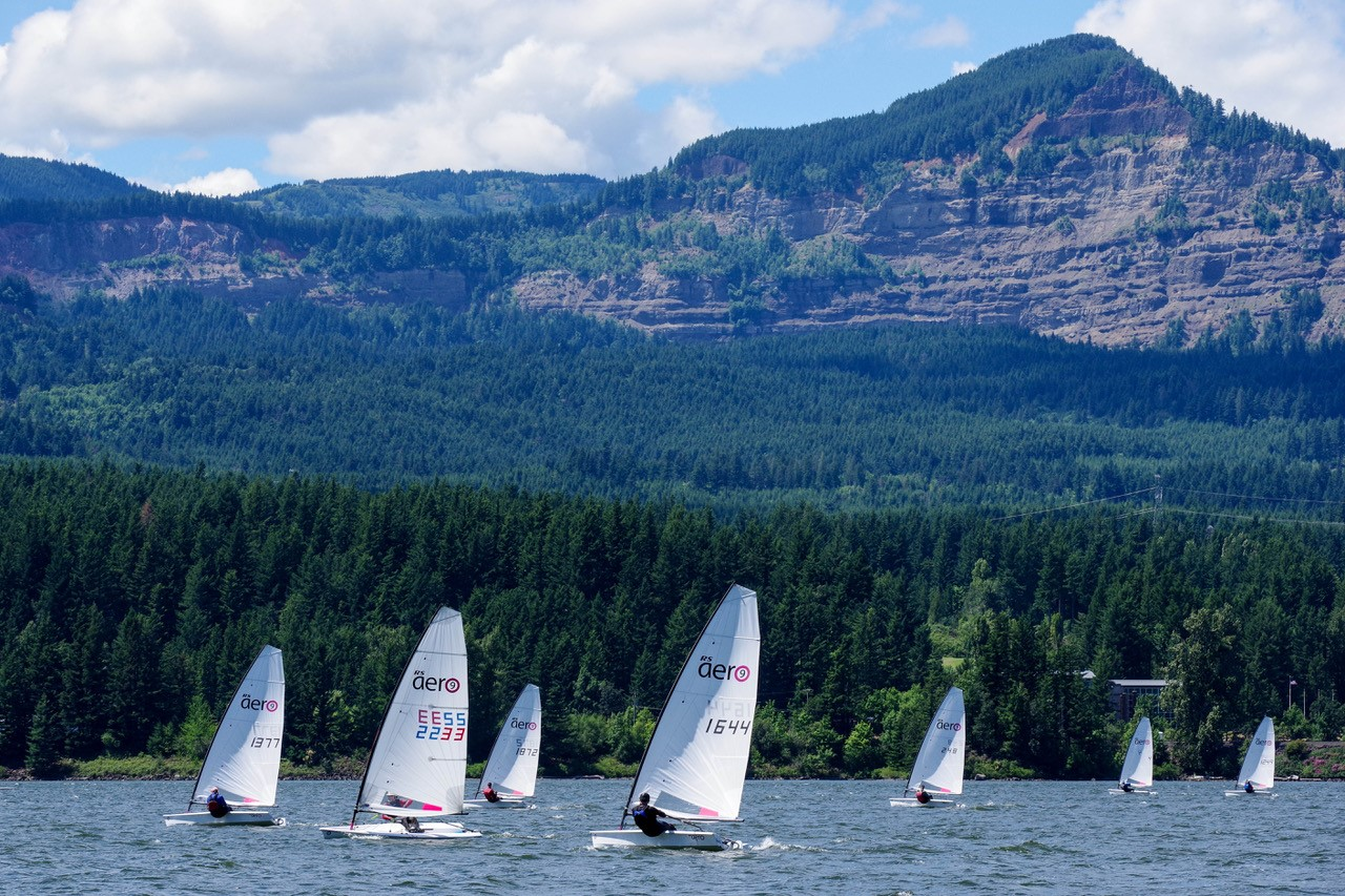 Boats racing in front of an idilic background